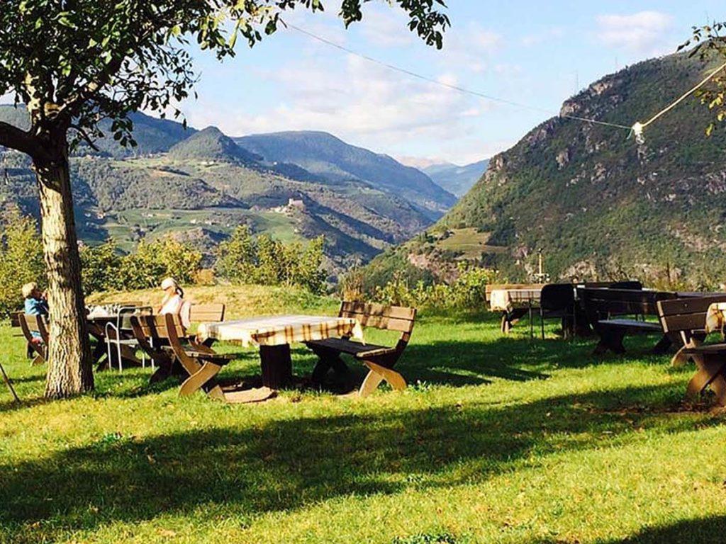 Der Biergarten mit herrlicher Aussicht - Wendlandthof bei Bozen